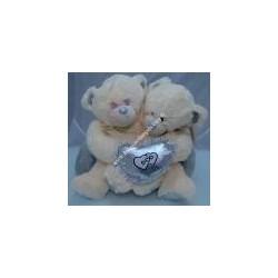 Pupazzi orsetti abbacciati su cuscino