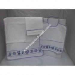 Completo 3 pezzi per asilo: bavetta, asciugamano e sacchetto, colore lilla con banda in tela aida da ricamare a punto croce